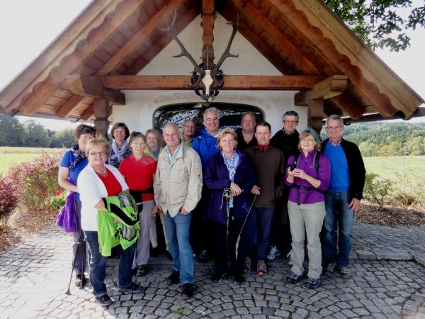 Herbstwanderung des Familienkreises Ende September bei Windorf. Bei herrlichem Herbstwetter wanderte die Gruppe den 7-Brückerlweg von Windorf weg, ca 7 km. Ein schöner Rundweg, der an 4 Kapellen vorbei führt.