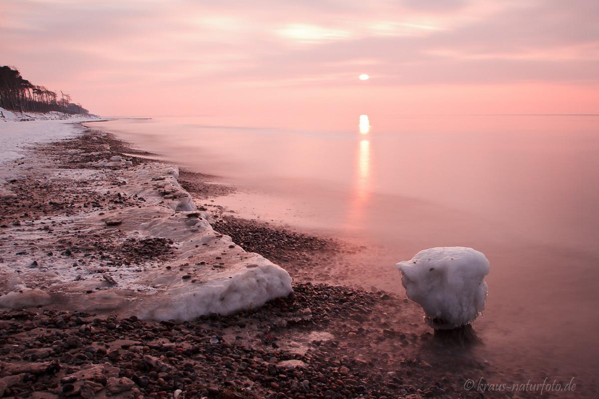 Sonnenuntegang am winterlichen Weststrand
