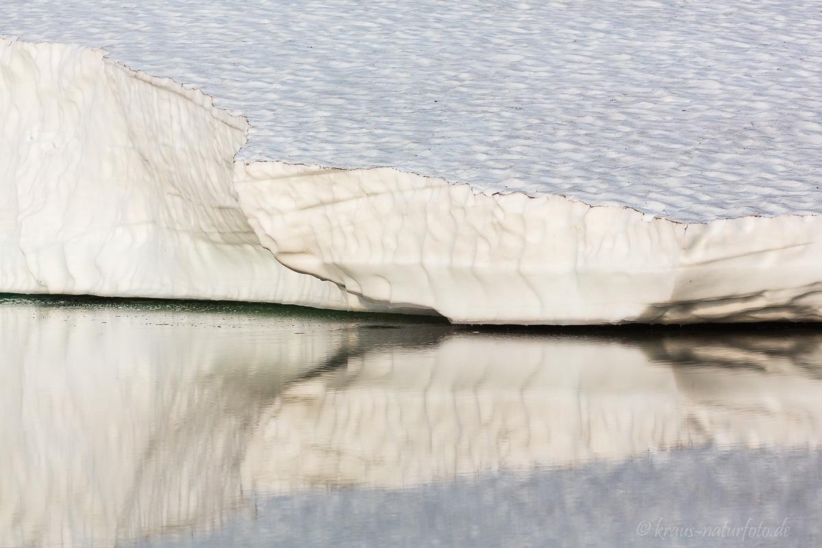Schneebrett über Wasser