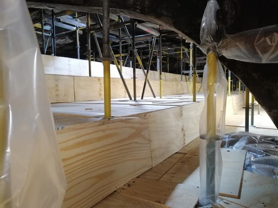 Gerüstschutzarbeiten mittels Spanplattenverkleidung und Schlauchstulpen aus PE Folie zur Öffnungsabdichtung  im Innenbereich des Industriedenkmals