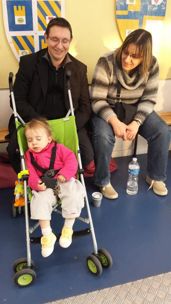 Le calme des parents... Emma impressionée par les escrimeurs !