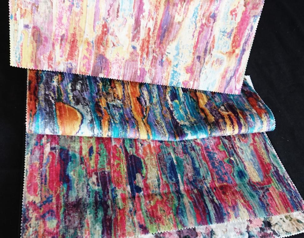 Tissus d'ameublement colorés.