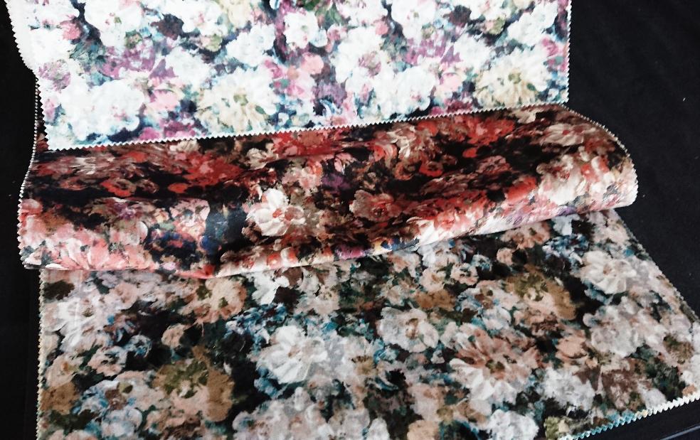 Tissus d'ameublement floraux.