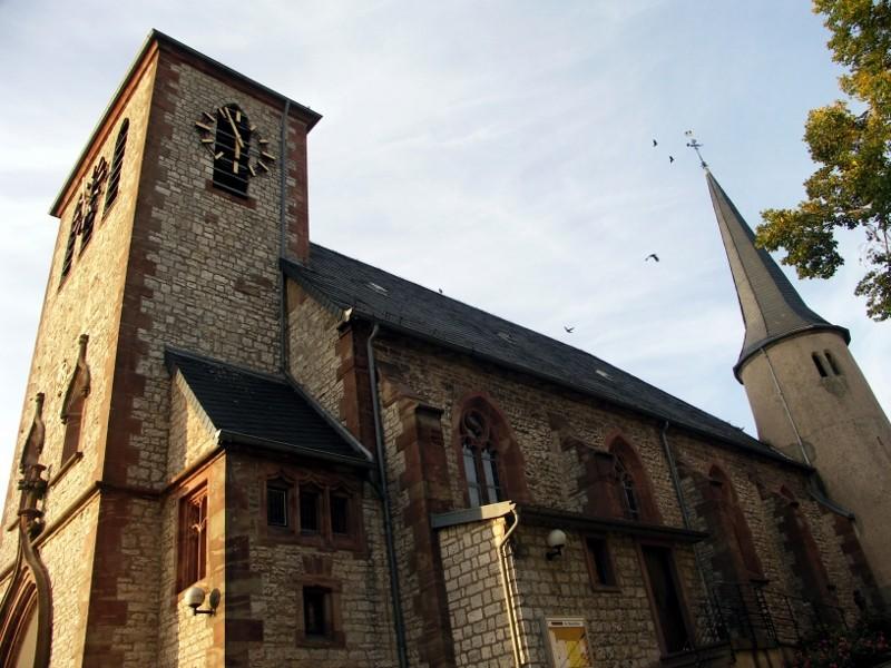 Rund um die Kirche mit Römerturm