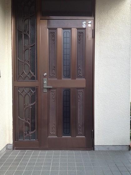 歪んだドアの全体写真