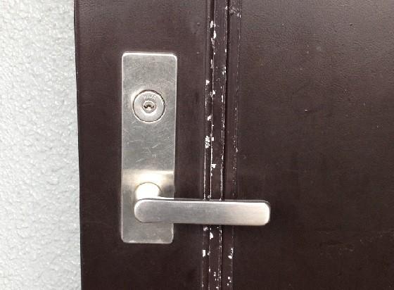 プレートが斜めになった錠前
