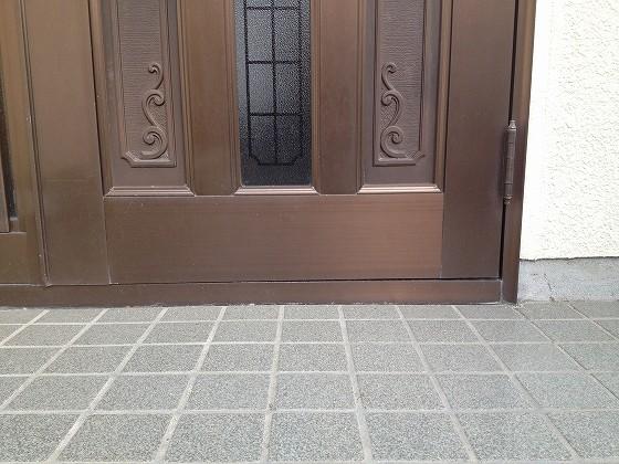 歪んだドアの下側の写真