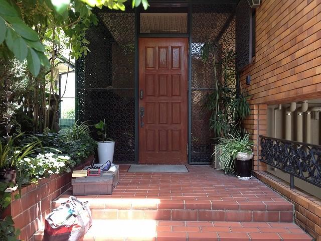 施工前のサムラッチ錠のついたドア