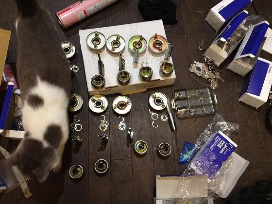 分解したシリンダーと、猫の花子