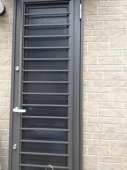 右に寄ったドアの写真