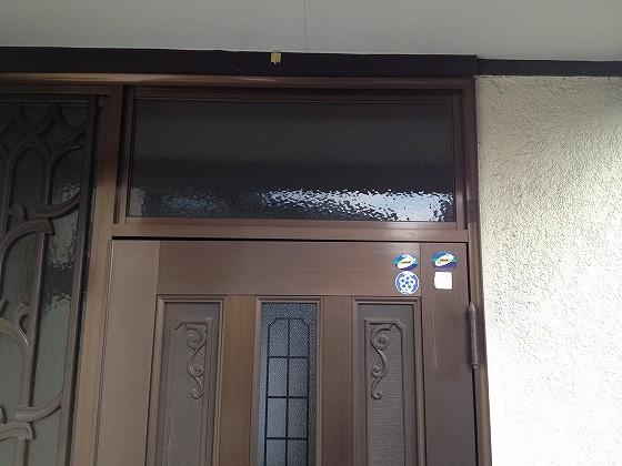 歪んだドアの上側部分の写真