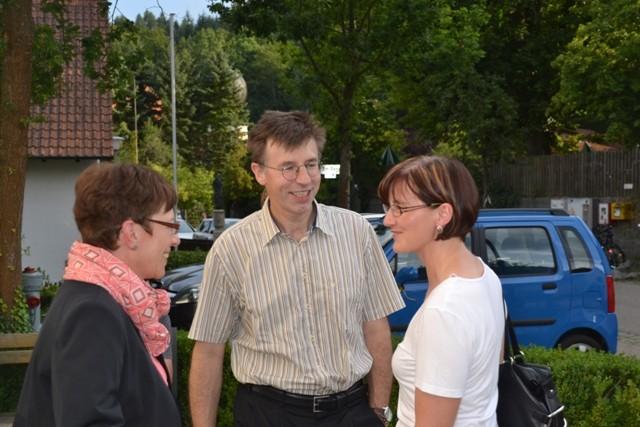 Frau Rausch und Frau Hochmuth begrüßen Herrn Albertin von der KEB.