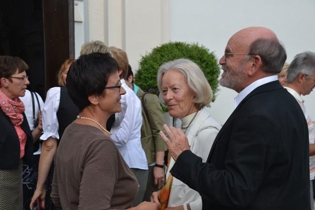 Frau Wiedenhofer begrüßt Ehepaar Drs. Allhoff