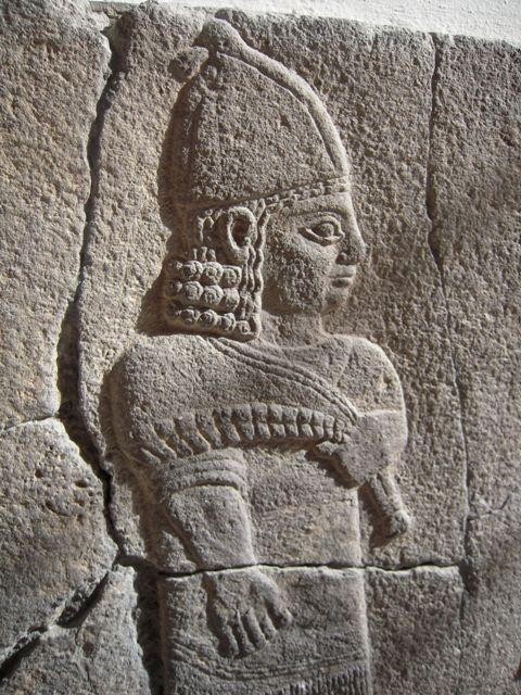 Eine Frau im Pergamon-Museum, 2500 Jahre alt