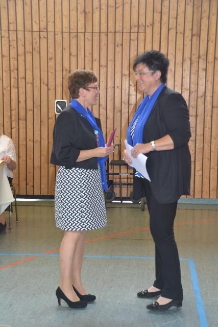 Frau Schlecht überreicht ein Kuvert an den KDFB Ramspau
