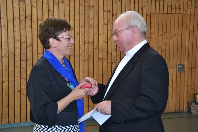 Pfarrer Josef Vogl überreicht die Papst Medallie