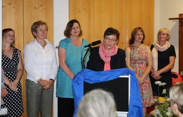 Frau Rausch bedankt sich beim Ausstellungsteam
