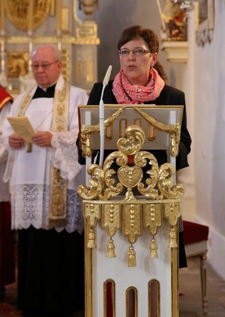 Frau Rausch begrüßt mit Herrn Pfarrer Vogl
