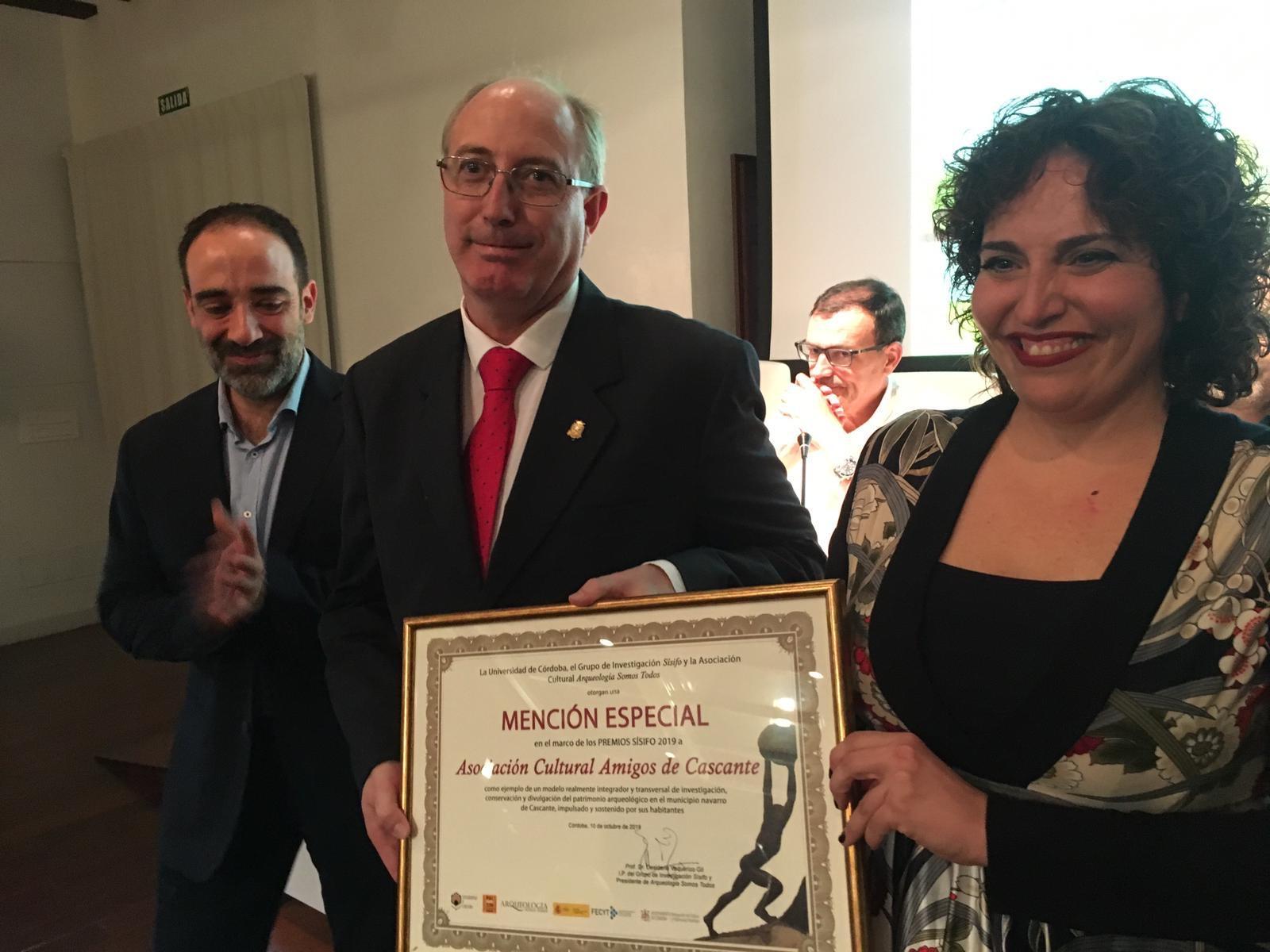 2019: Mención Especial del Premio Sísifo 2019 para la Semana Romana de Cascante. Santi Rueda y Marta con el diploma.