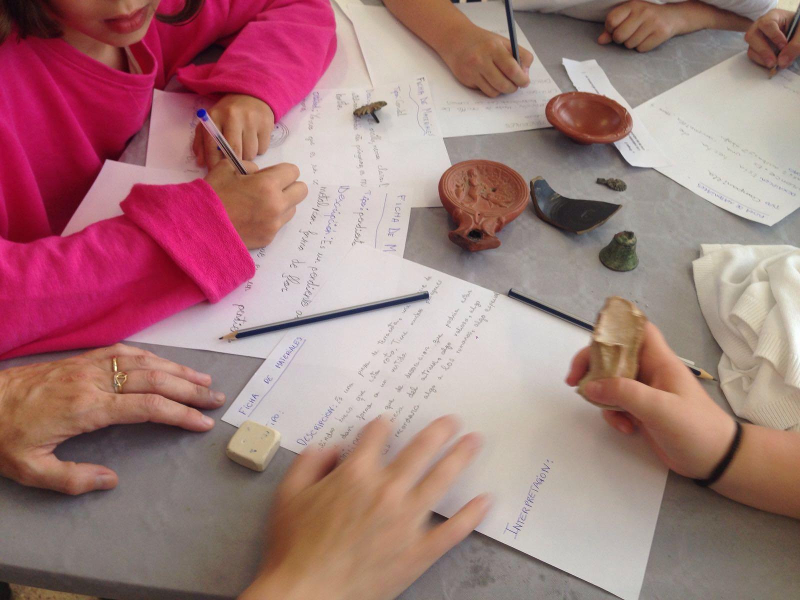Los talleres con niños son fundamentales en la Semana Romana. Plantamos la semilla del interés científico y el conocimiento del patrimonio HOY para que haya quien lo ame y lo defienda mañana.