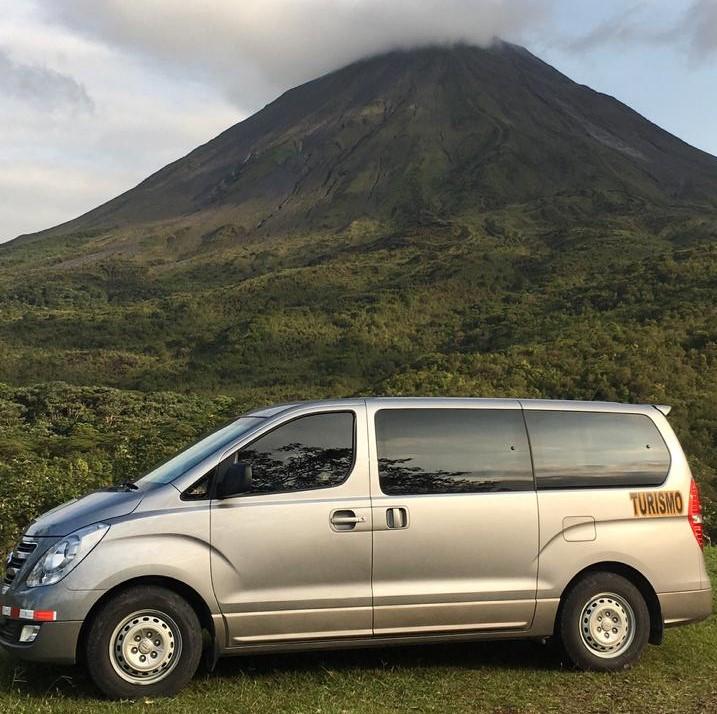 Transporte Colectivo para ir al Parque Nacional Volcán Arenal y otros senderos.