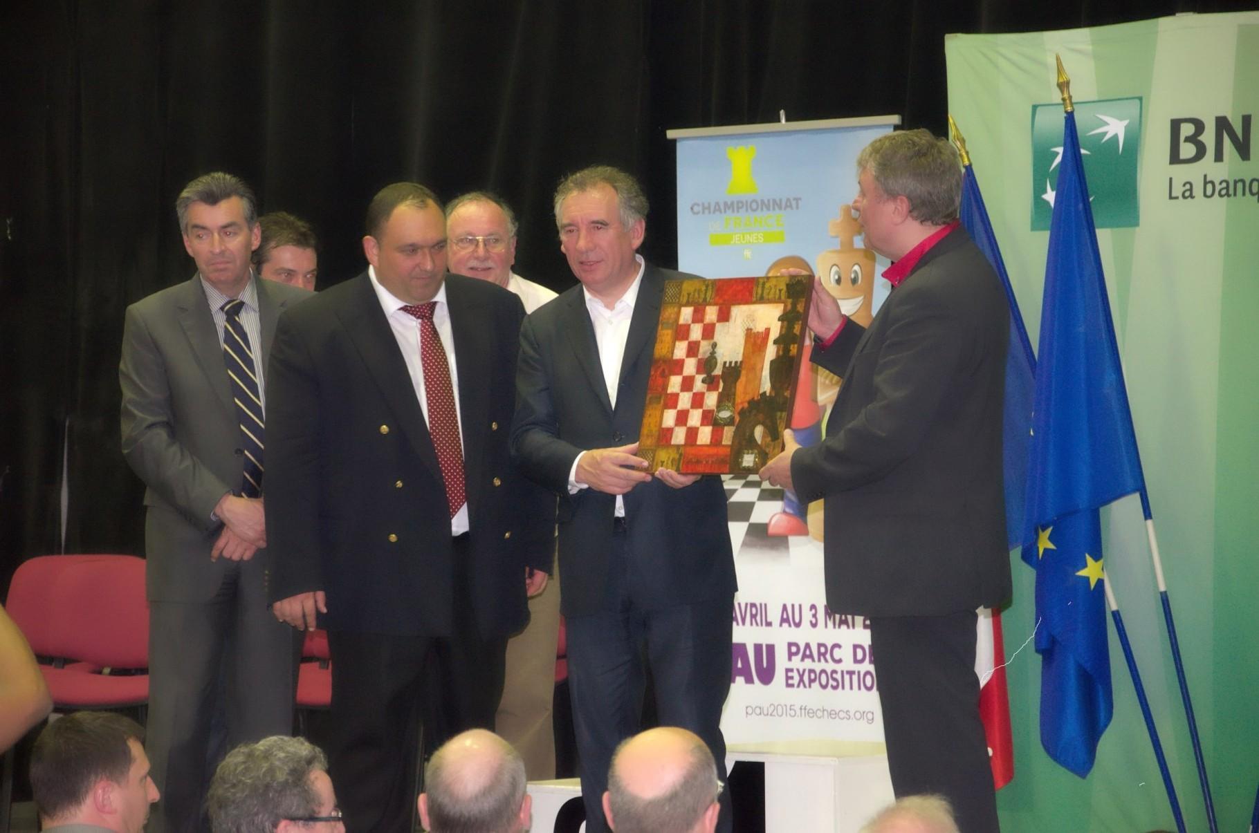 Passage de témoin entre François Bayrou et le maire de Gonfreville