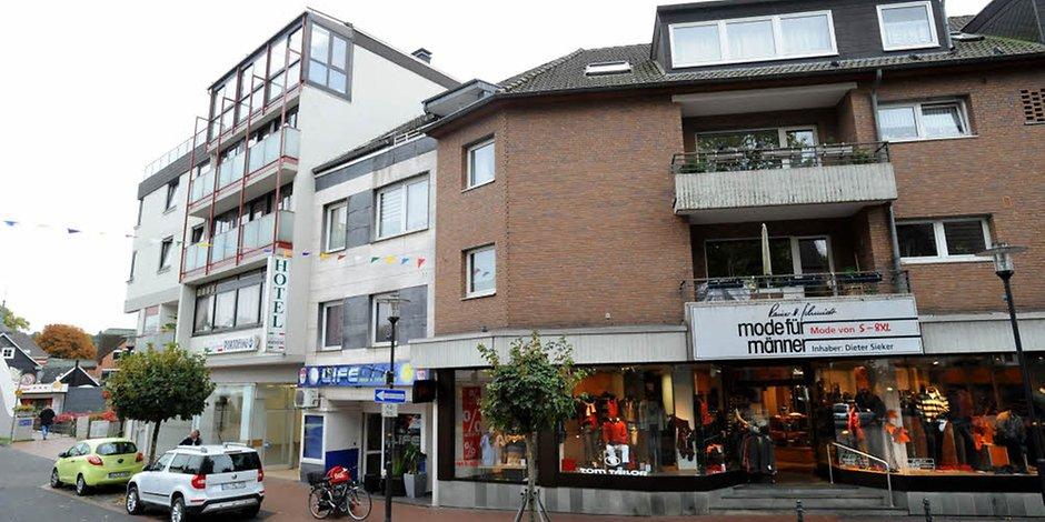 """""""Mode für Männer"""" zieht zwei Häuser nach links in das leere Ladenlokal des früheren Kodi-Markts in der Brückenstraße 9. Hier erweitert sich der Herrenausstatter von 190 auf 350 Quadratmeter. Foto: Britta Berg"""