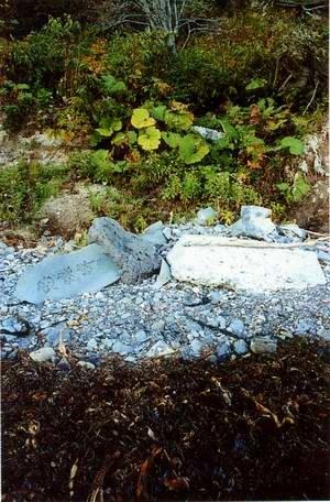 Остатки храма Кинасири дзиндзя. Фото Самарин И.А., Кунашир, сентябрь 2002 г