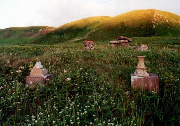 Остатки храма на мысе Чакончи. Фото Самарин И.А., Шумшу, август 2004 г