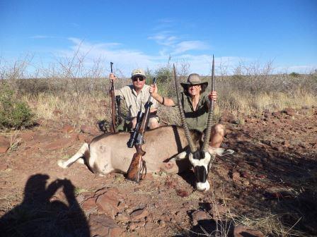 Nach einer langen Pirsch in der flimmernden Hitze kam dieser starke Oryx zur Strecke. Mutter und Sohn freuten sich riesig über den gemeinsamen Jagderfolg.