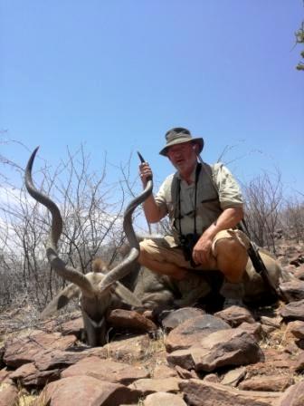 Das ist er, der graue Geist Namibias, der große Kudu. In dem unwegsamen und steinigen Gelände ist fast eine Kunst mit Erfolg auf diese Wildart zu pirschen, doch diese Trophäe ist es eine Jagdreise wert.