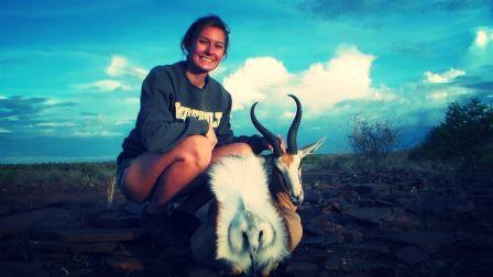 Auch viele Jungjägerinnen träumen davon einmal in Afrika zu jagen und in den endlosen Weiten Namibias einen Kapitalen Springbock zu erlegen. Methe erfüllte sich auf Falkenhorst erfolgreich ihren Traum.