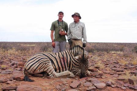 Auch ein Zebra ist in der offenen Landschaft nicht einfach zu erwischen. Doch wenn man weis wie man sie überlisten kann, kommt man auch auf einen schlauen Zebrahengst zu Schuss.