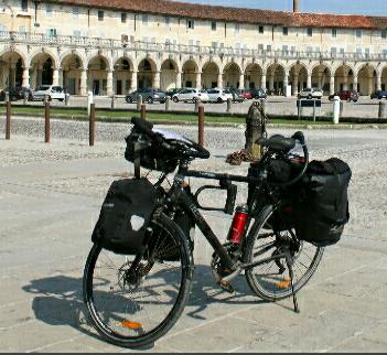 Ein gepacktes Rad vor einer Schloßanlage