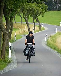 Radwanderer auf schlängelnder Straße