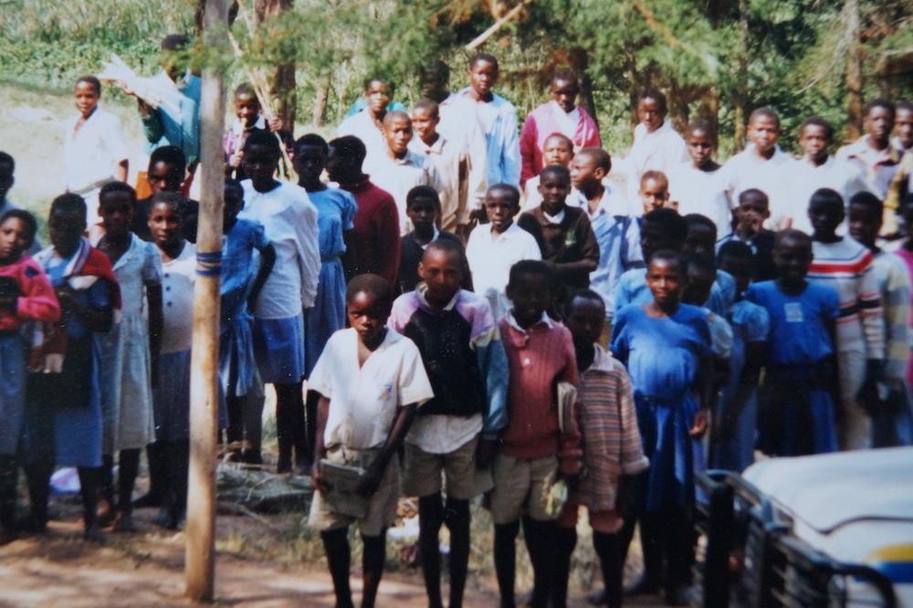 Schulkinder empfangen den Besuch
