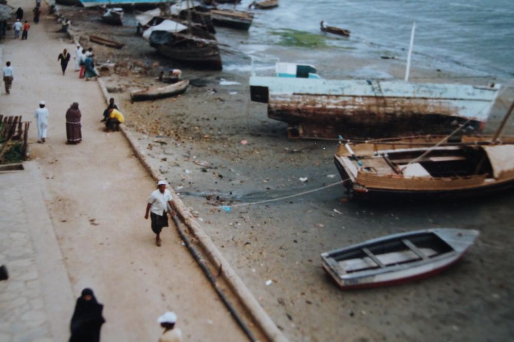 Lamu: Uferpromenade, der Blick vom Hotel auf die Straße