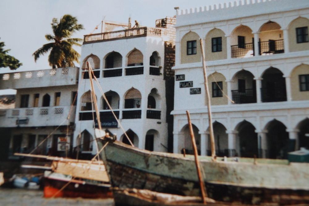 Lamu: Uferpromenade mit Hotel