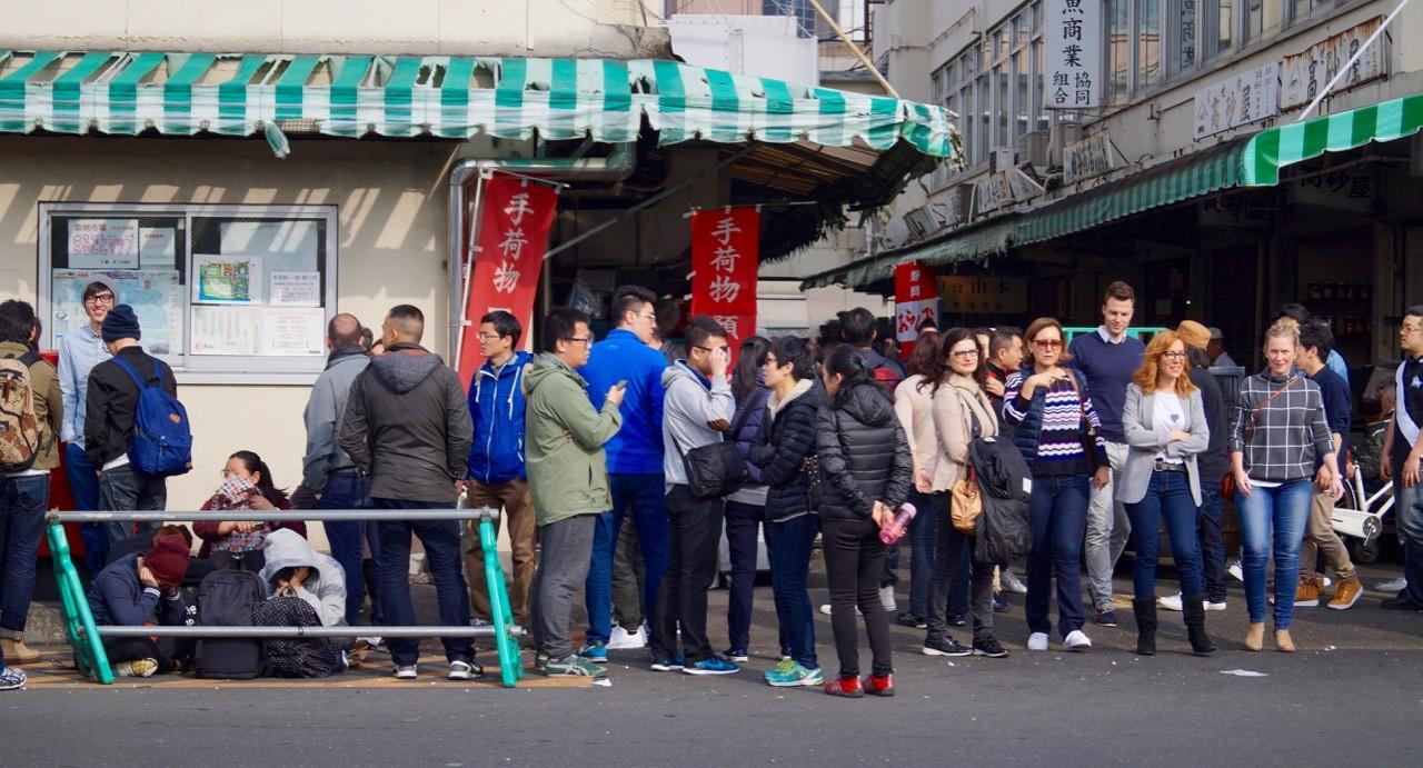 Der Tsukiji: Touristen warten auf Einlass.