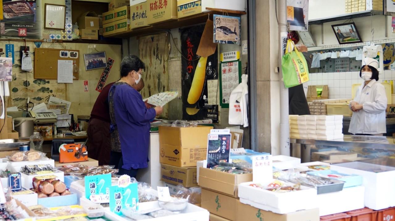 Der Tsukiji/Outer Market: Warten auf Kundschaft