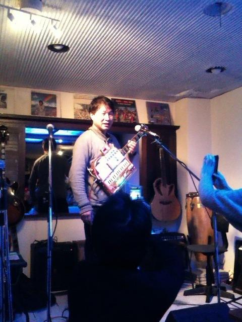 さて問題です Q: 吉村さんが持ってる楽器は何でしょう?