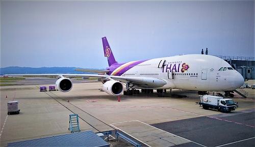 関西国際空港に駐機中のタイ国際航空機の写真