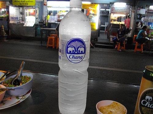 changブランドのドリンキングウォーター(飲料水) @バンコク・トンロー屋台街