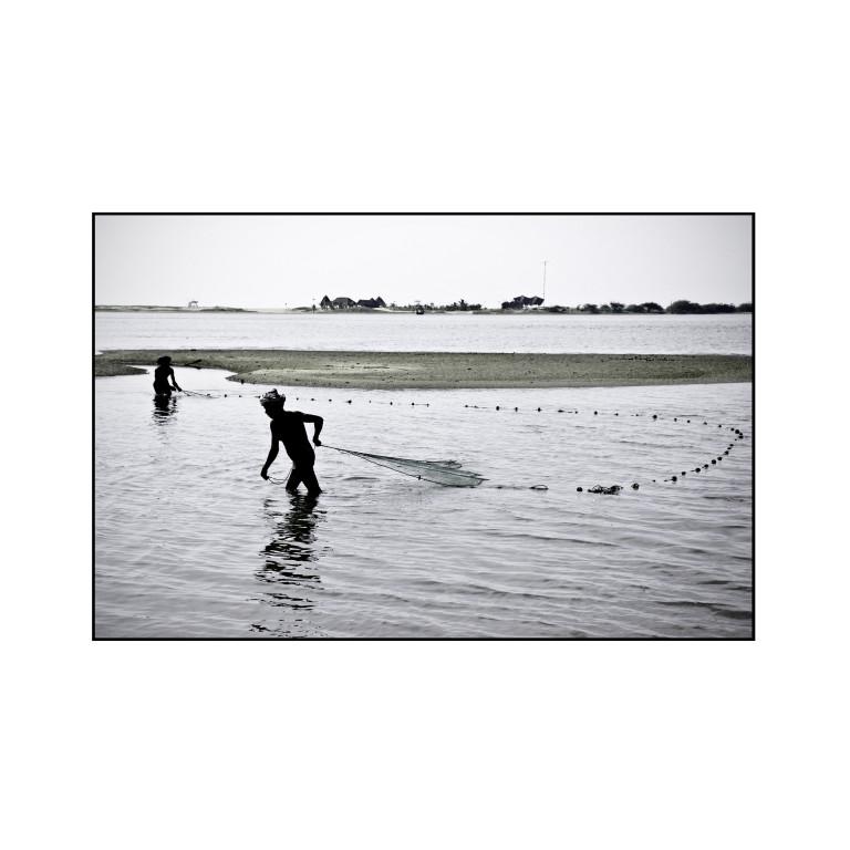 Fishermen in a lagoon, India © O.B.S.
