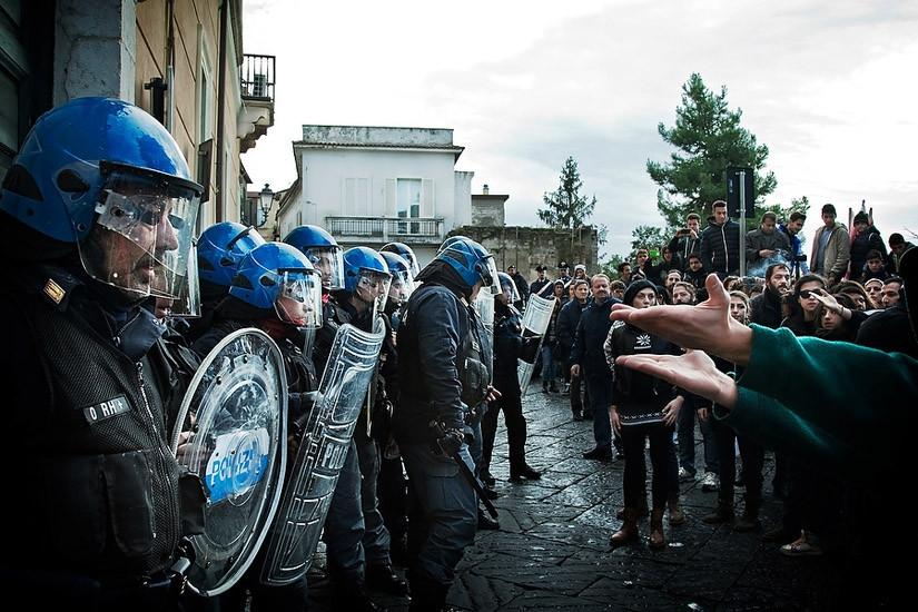 Benevento, momenti di tensione tra manifestanti e forze dell'ordine. © Mario Taddeo 2013