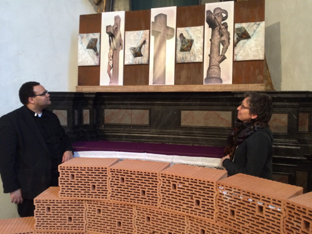 """Pfarrer Tobias Zöller und die Künstlerin Annette Palder vor dem Werk """"Mit-LEID"""" / Foto: tOG Düsseldorf"""