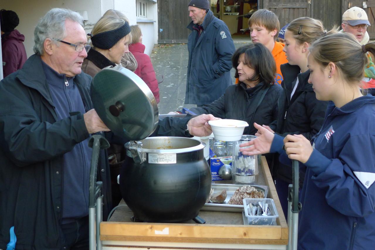 Die Gulasch-Suppe wird ausgeschenkt.