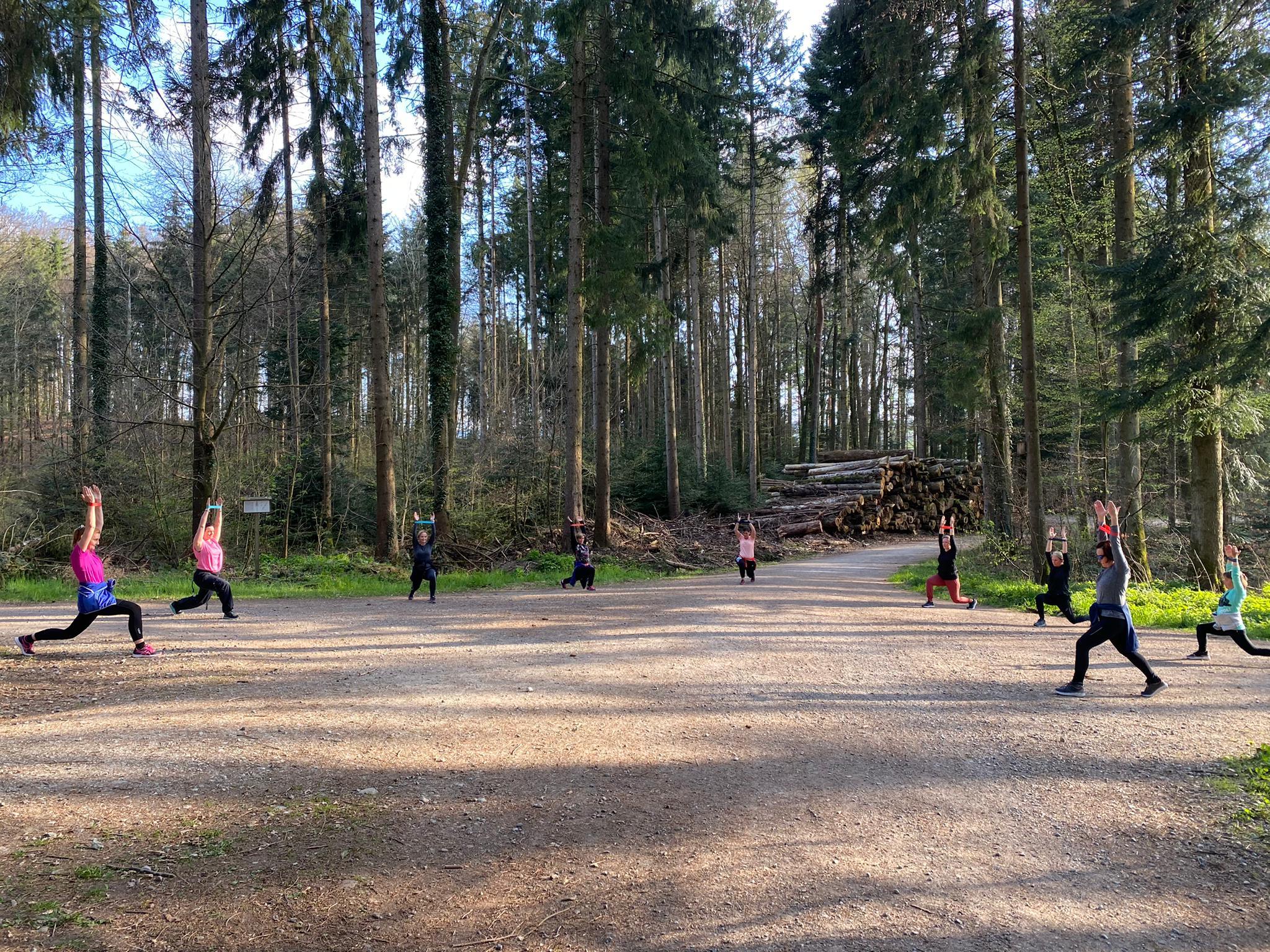 Fit im Wald mit Gymnastik-Bänder