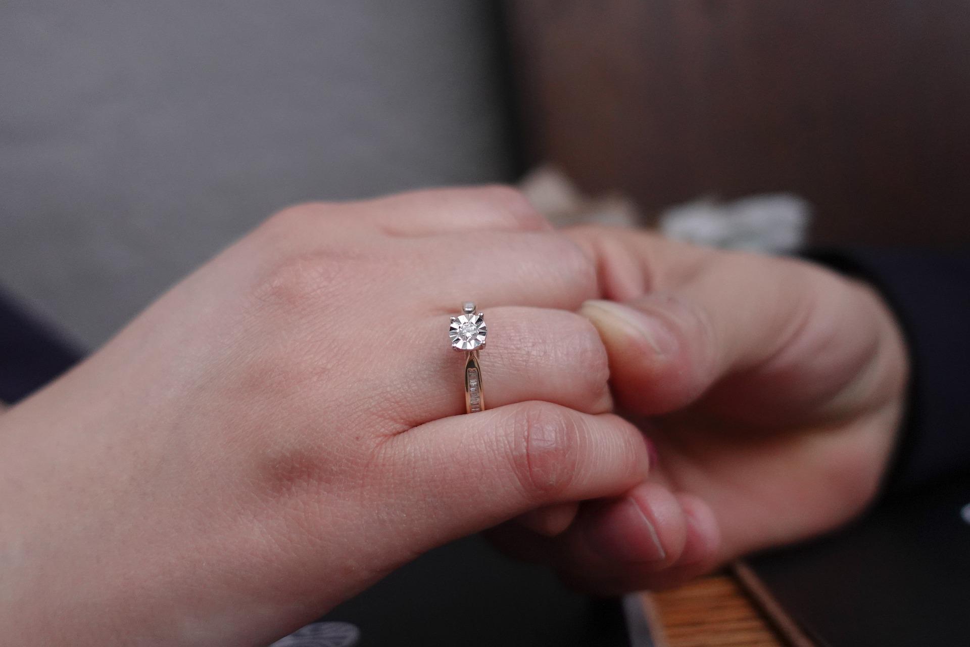 Ein Heiratsantrag am Valentinstag - Ideen und Gedanken zu einer Verlobung am Tag der Liebe. Bonus: 5 Tipps für den perfekten Heiratsantrag am Valentinstag.