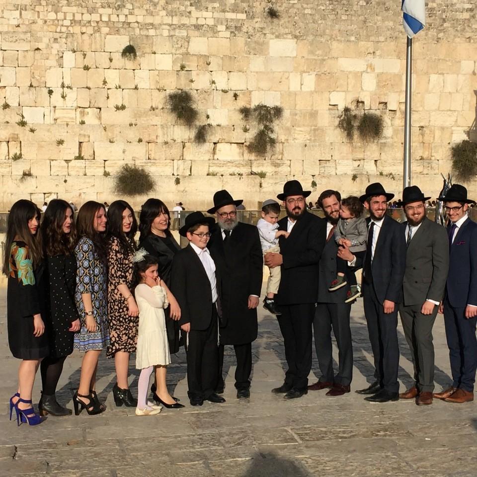"""Au """"Mur des Lamentations"""", on vient par familles entières pour la Bar Mitsvah du fils ou du petit-fil..."""